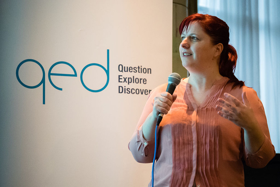 Diana Barbosa no Skepticamp da QEDcon em 2015 (Crédito: Your Funny Uncle - Wikimedia Commons)
