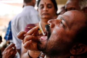 Paciente a receber o tratamento das mãos de uma mulher da família Goud (Crédito: AP Photo/Mahesh Kumar A.)