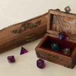 Fotografia de uma caixa com dados usados no jogo Dungeons and Dragons